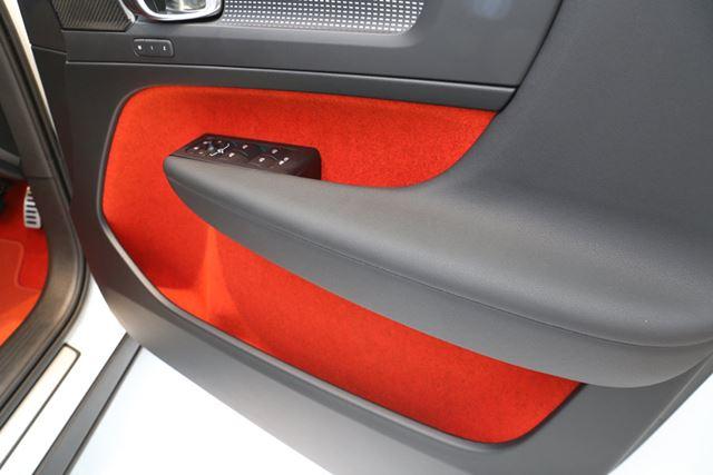 オレンジのドアトリムを持つXC40。ドアポケットは広く、ノートパソコンも入ってしまう。