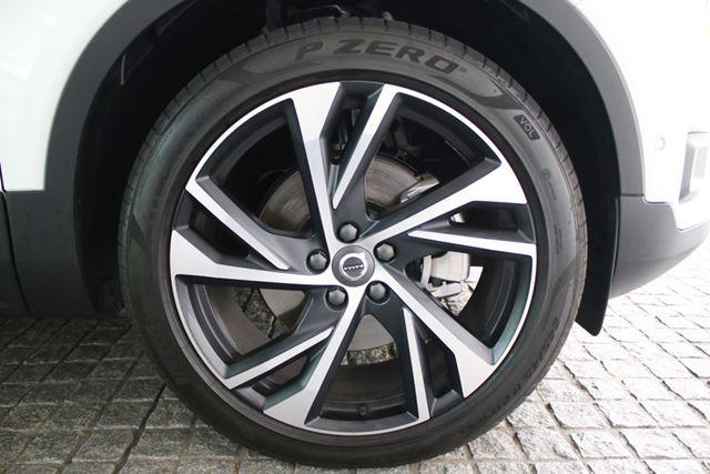 ボルボ「XC40 T5 R-Design 1st Edition」には、ピレリ「P ZERO」245/45R20タイヤが装着されている。