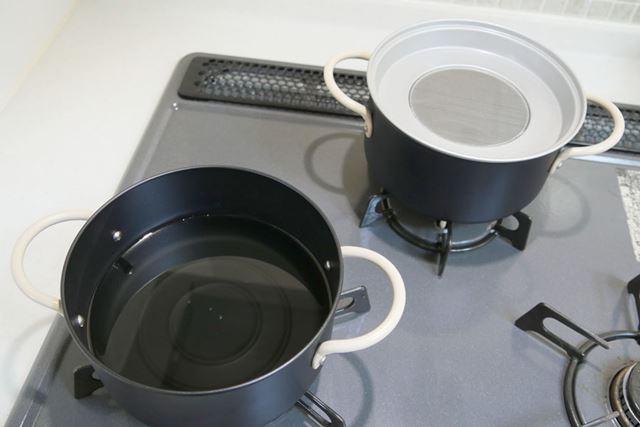 片方の鍋に油を入れて火にかけます。もう片方の鍋は、こし器をセットして近くに置いておきます