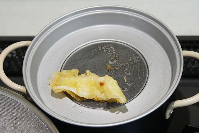 取り上げた食材は、そのままこし器にのせればOK。これで余計な油を落としてくれます