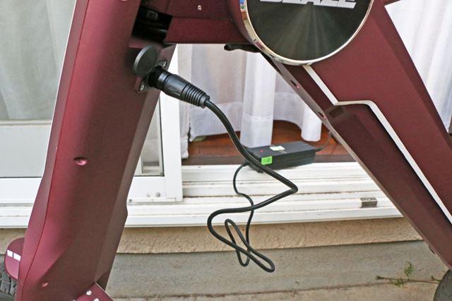 充電の際、バッテリーを外すのがめんどうなら、本体に付属のアダプターを挿して充電することも可能