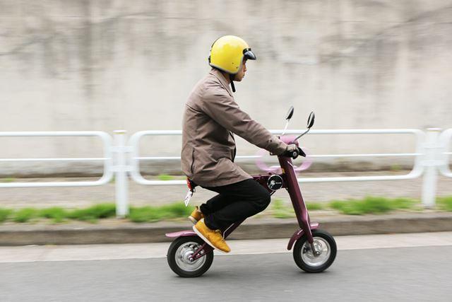 小径タイプの自転車に乗っているような感覚に近いが、乗車姿勢は独特