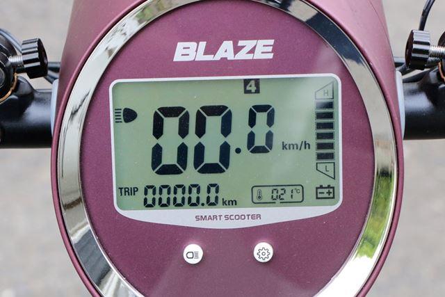 速度表示の上にある数字が、選択されている走行モード。切り替えは、表示部下のボタンで行う