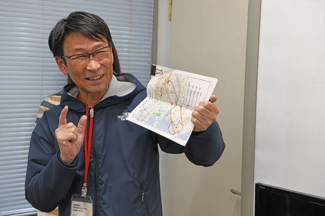 地図を持って東京スカイツリーに向かうルートでの見どころを紹介する加藤先生