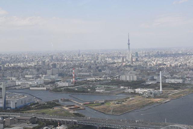 目的地の東京スカイツリー向けて一気に向かうヘリコプター