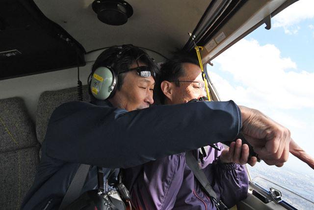 窓を開けた空撮がスタート。加藤先生も熱心にレクチャー