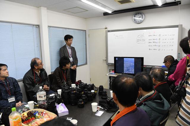 講評会は加藤先生がそれぞれの作品のポイントを解説する形で進行