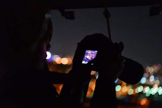 加藤先生の指導のもと、試し撮影したデータをモニターで確認しながら露出を調整していく