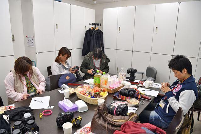 フライト終了後、講評会に向けて熱心に作品選びをする参加者たち