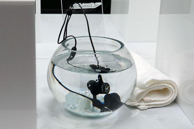 すぐれた防水性能をアピールするために、水に浸すデモも行われていた