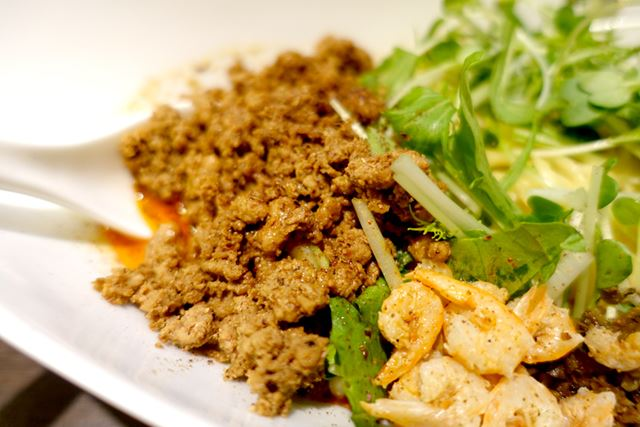 絶品の粗挽き肉、干し海老がポイント。シャキシャキな歯ごたえの水菜がよく合います