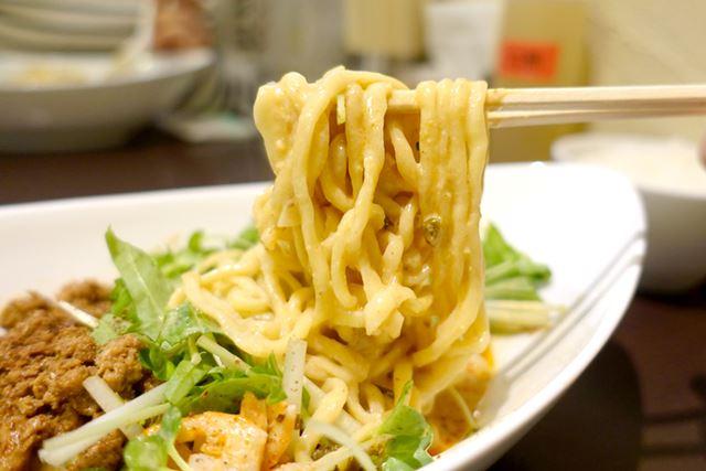 太麺はもちもちすぎるほど、もちもち。歯ごたえ、食べごたえともに十分です