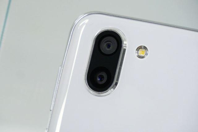 レンズが縦に並んだツインカメラ。上が動画用、下が写真用となっている