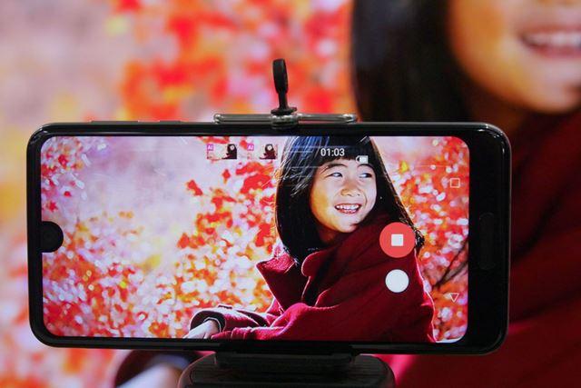 動画の撮影中に、録画ボタンの下に表示されたシャッターボタンを押すと写真を撮影できる