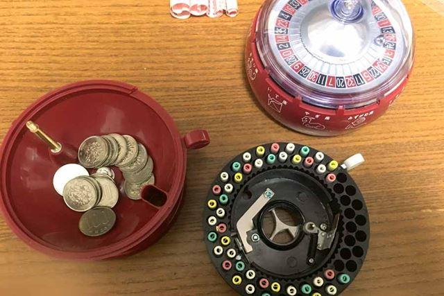 100円硬貨はおみくじが入っている部分よりもさらに下部の赤い球体部分にたまっていきます