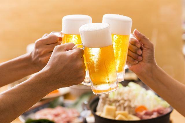 楽しい飲み会であればあるほど、散財という形でハメを外してしまう(写真はイメージ)