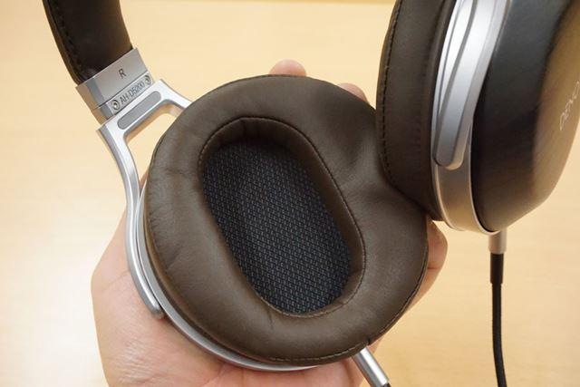 形状記憶フォームを採用するイヤーパッドは、耳をやさしく包み込んでくれる