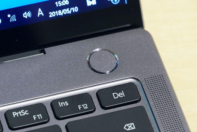 右上にある電源ボタンは指紋認証センサーを搭載している
