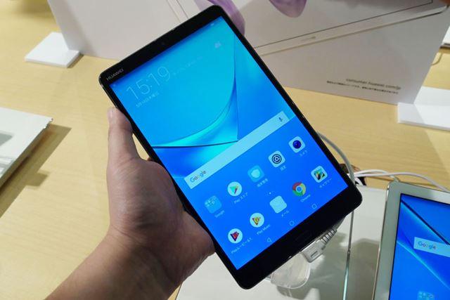 「MediaPad M5」は片手で持てる約8.4型タブレット。手で持ったときには、その軽さに驚いた