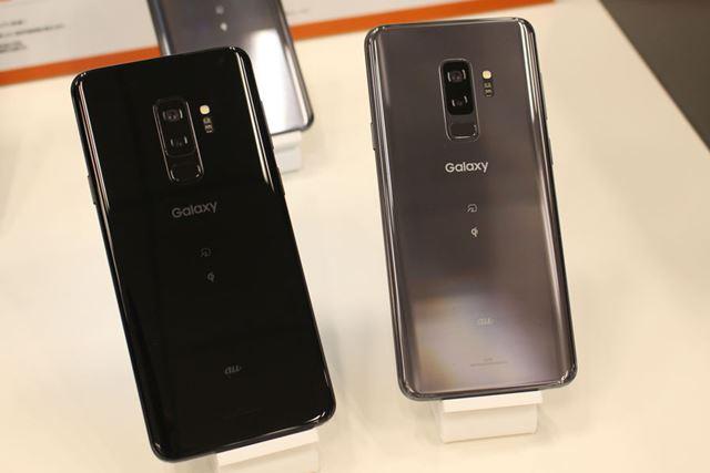 「Galaxy S9+」は、写真左のミッドナイトブラックと右のチタニウムグレーの2色をラインアップ
