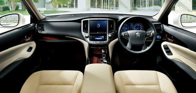 トヨタ「クラウン」の内装、画像は「Hybrid ロイヤルサルーンG」のインパネ