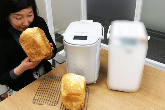 約3時間30分後、パンが焼き上がり。焼き上がったパンを真野さんがチェックします