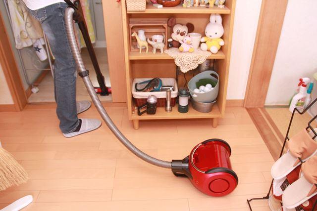 コードがないだけでなく、大きなホイールで重心が低く軽い力で引っぱれるので、掃除がスイスイはかどります