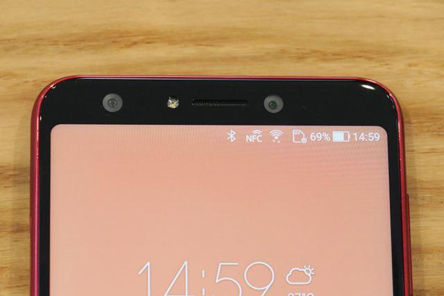 「ZenFone 5Q」は、フロントカメラもデュアルレンズになっている。左が超広角カメラで、右が広角カメラ