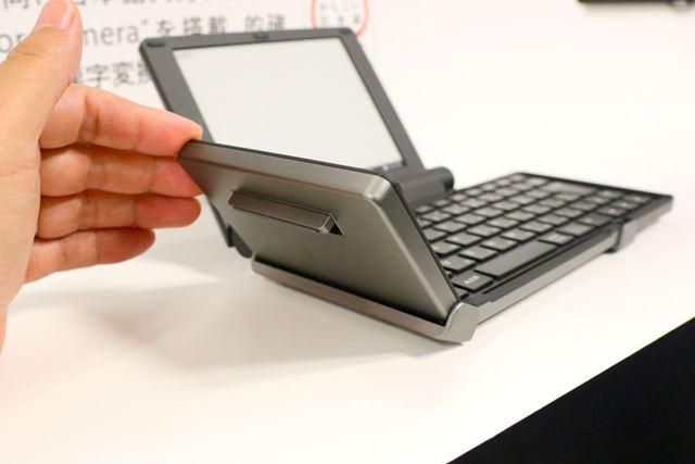 キーボードを開くと、キーフット(足)が自動的に出てくる仕組み。これにより入力時の安定性が高まる