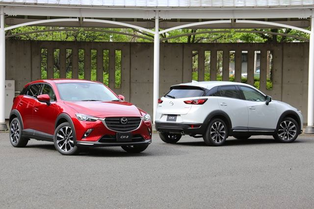マツダ 新型「CX-3」2.0Lガソリンモデル(左)/1.8Lクリーンディーゼルモデル(右)