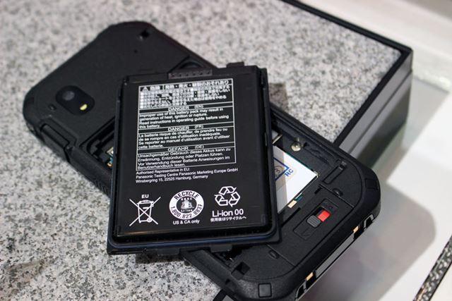 裏ブタといったいのバッテリーは2段階のロックを解除して取り外す