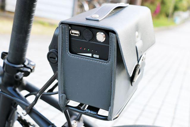 バッテリーにはUSBポートも用意されているので、走行しながらスマートフォンの充電などを行うこともできる