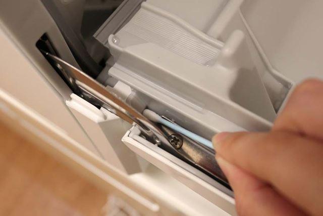 ドアの左右奥の隙間が汚れている場合は、綿棒などで取り除きましょう