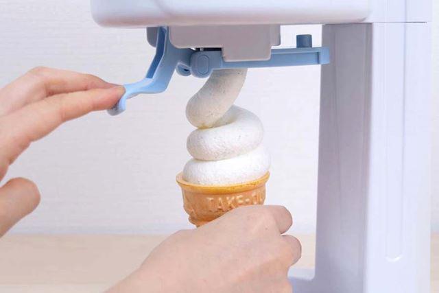 ソフトクリームが落ちてくるスピードはかなりゆっくり。あわてず、安心して盛り付けられる