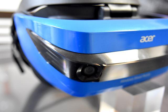トラッキング用のカメラは、ヘッドセットの前面に2つ内蔵されている