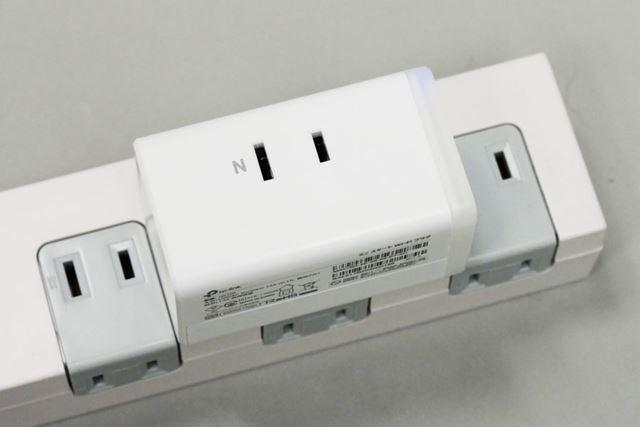 電源タップに挿して使う場合は、左右のじゃまをしてしまいます