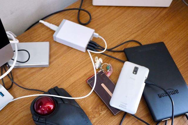 何台ものデバイスの充電で机の上、こんなふうになっていませんか?