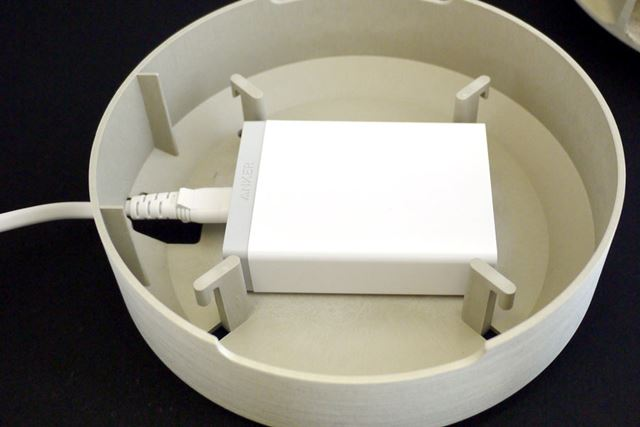最下層に、このように充電器を設置します。電源ケーブル用のスリットもあります