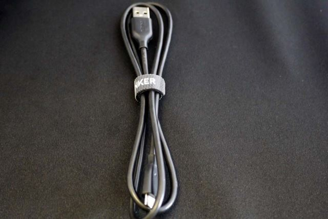 耐久性と柔軟性にすぐれたUSBケーブル。長さは90cmです