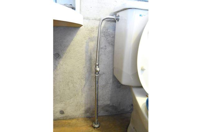 タンクへと水を送る給水管の中央に、マイナス溝タイプの止水栓が備わっている