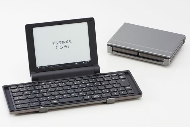 「ポメラ」DM30は、2013年に発売された折りたたみ式キーボード搭載の「ポメラ」DM25の後継モデル