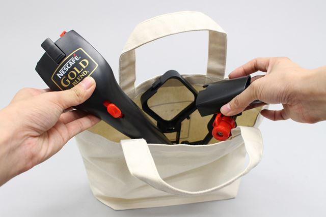ちなみに持ち運ぶ際は、分解して袋に入れられるので手軽です。本体重量も約300g(電池含む)と軽いですし