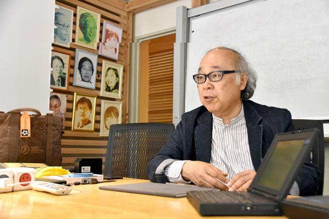 竹村氏が所属している「オフィス・コロボックル」にて。左奥に見える写真には、記事に登場した萩原氏の姿も