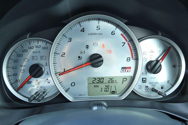 センターにタコメーターが配されている、トヨタ「ヴィッツ GR」専用のシルバープレートアナログメーター。