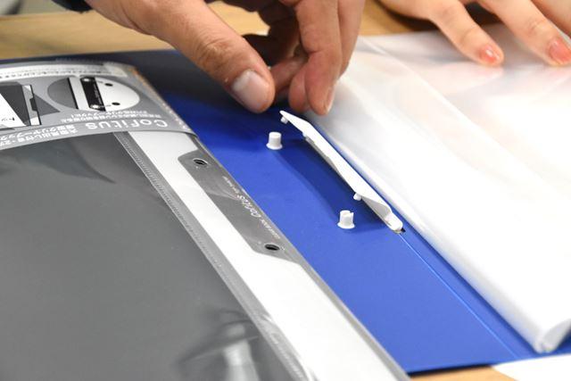 指で持ち上げるとパチンと開く2穴のとじ具。コピー用紙なら約30枚が綴じられる