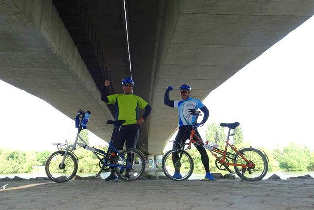 筆者(マリオ高野・青)と自動車ライターの井元貴幸氏(黄色)。2人とも自転車は初心者ながら、異国ドイツの田舎道を走りきりました