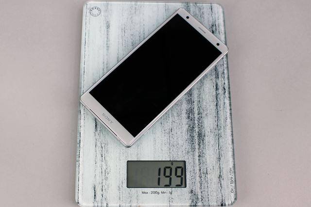手元にあったデジタルスケールで測った重量は199g。縦長5.7インチディスプレイ搭載機としては重めだ