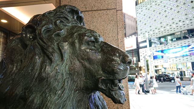 ライオン像に焦点を当てて撮影。こちらも明暗差が大きな構図だが、夜景とは思えないような鮮明さで写せた