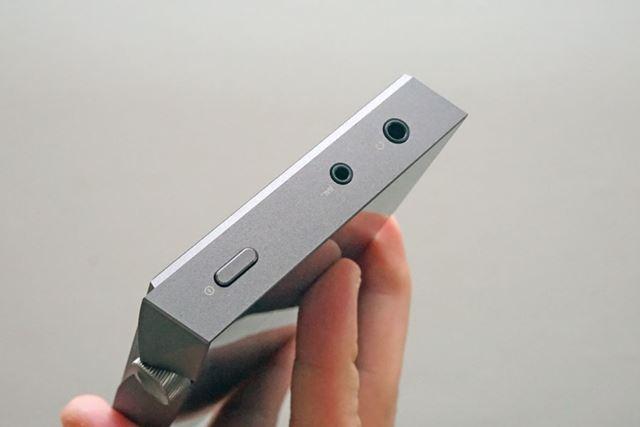 本体上部には、電源ボタン、3.5mmアンバランス出力、2.5mm4極バランス出力を用意