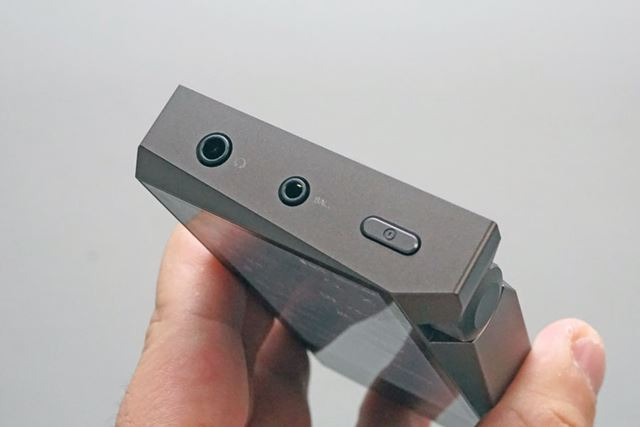 本体上部。3.5mmアンバランス出力と2.5mm4極バランス出力、電源ボタンが並ぶ